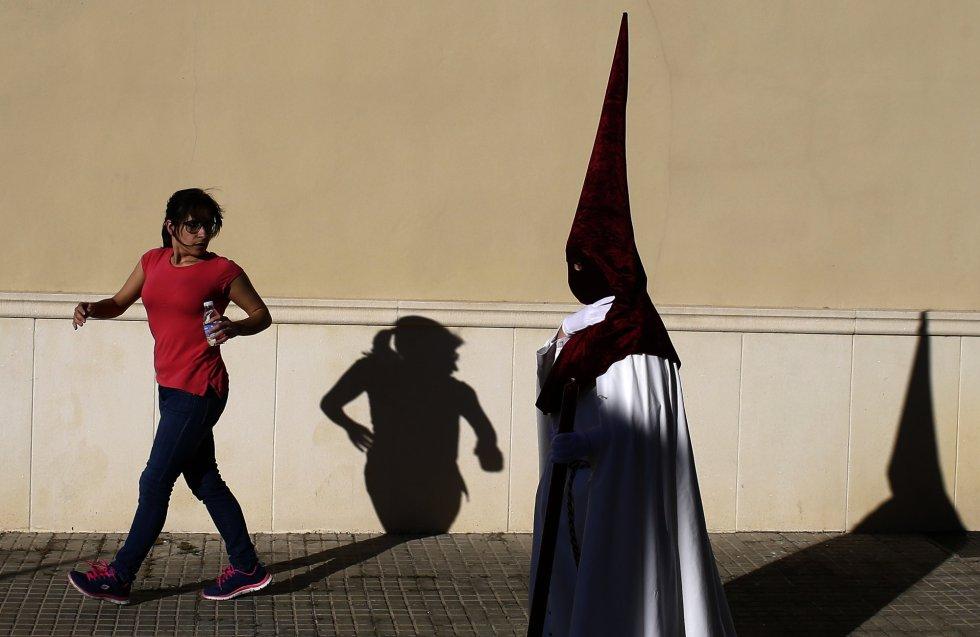 Un encapuchado penitente de la cofradía 'Vera Cruz' en el transcurso de una procesión en Córdoba, el lunes 10 de abril de 2017. MANU FERNANDEZ