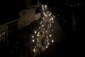 Varios encapuchados de la cofradía 'Cristo de la Buena Muerte' en una procesión en Zamora. DANIEL OCHOA DE OLZA